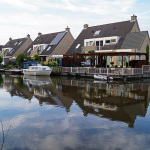 De Hollandse IJssel in IJsselstein. Net als op meerdere plaatsen is de rivier uitgegraven zodat er een mini-jachthaven voor de bewoners is.
