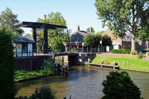De Hollandse IJssel in IJsselstein, vlak voor de ophaalbrug is er een aftakking van de rivier naar de oude stadsgrachten.