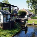 De Hollandse IJssel in IJsselstein met het ophaalbruggetje voor fietsers en voetgangers. Waarschijnlijk is de rivier nergens smaller dan hier.