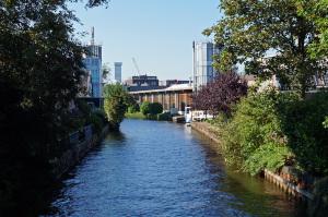 De Hollandse IJssel, gezien vanaf het ophaalbruggetje. Langs het water is al eeuwenlang veel industrie en bedrijvigheid.