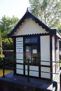Brugwachtershuisje bij de ophaalbrug. Vooral 's zomers is het er druk met pleziervaart.