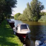 Langs het jaagpad liggen bootjes aangemeerd.