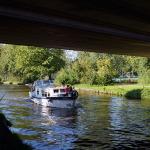 Een bootje vaart onder de brug door